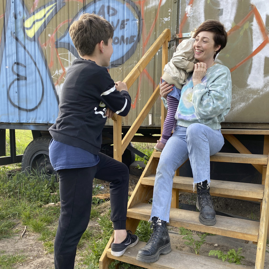 Kathy Weber mit Sohn und Tochter im Arm