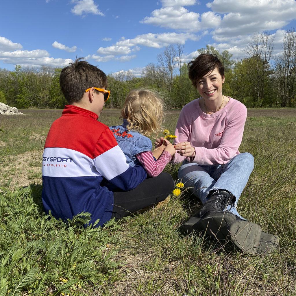 Kathy Weber mit ihren Kindern in der Natur