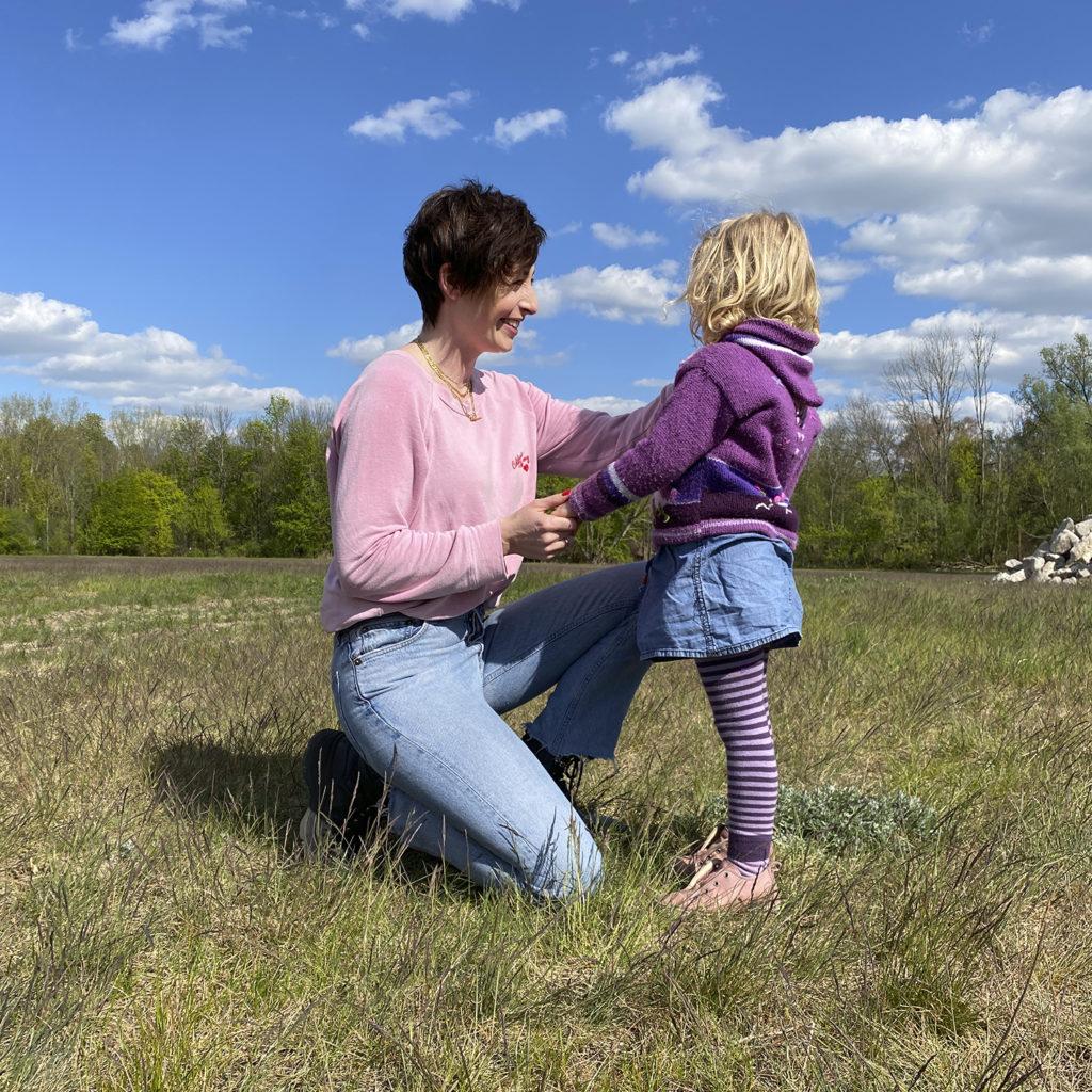 Kathy Weber mit Tochter in der Natur