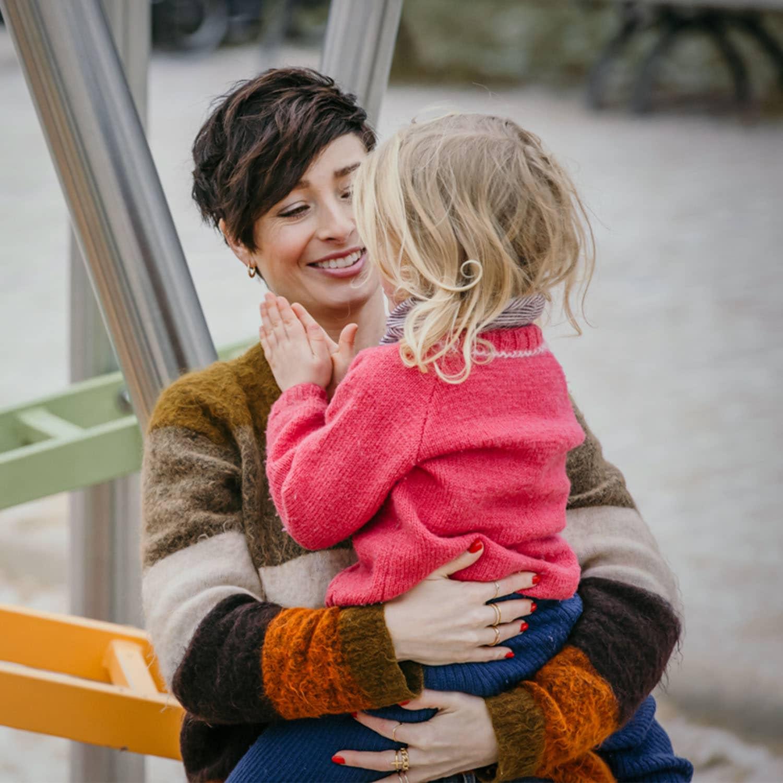 Kathy Weber mit Tochter auf dem Schoß